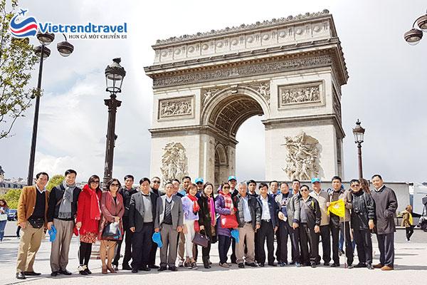 hanh-khach-du-lich-chau-au-vietrend-travel